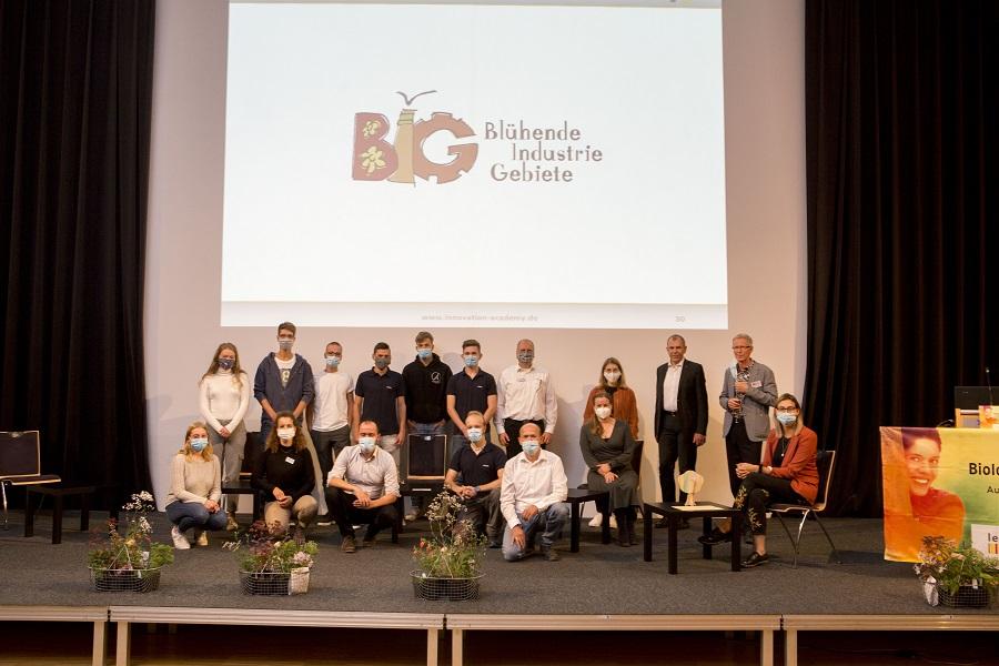 Die anwesenden Mitglieder der vier Azubi-Teams mit dem Projektleiter Hans-Jörg Schwander von der Innovation Academy und Bernd Rigl von der Sparkasse-Freiburg.